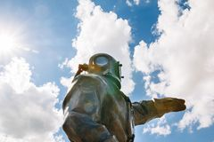 天空背景的古铜色潜水者  莫斯科俄国 图库摄影