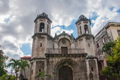 天空背景的宽容大教堂与云彩 哈瓦那 古巴 图库摄影