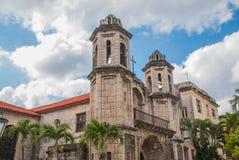 天空背景的宽容大教堂与云彩 哈瓦那 古巴 免版税库存图片