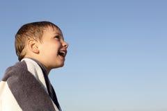 天空背景的愉快的男孩 库存照片