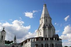 天空背景的教会 免版税库存图片