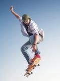 天空背景的溜冰者 免版税库存照片