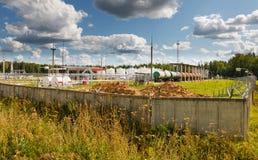 天空背景的炼油厂 免版税库存图片