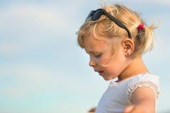 天空背景的美丽的女孩 免版税库存图片