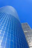 天空背景的蓝色摩天大楼在曼哈顿 库存照片