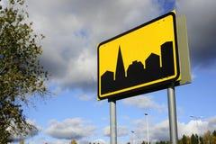 天空背景的路标解决 免版税图库摄影