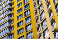 天空背景的黄色公寓 图库摄影