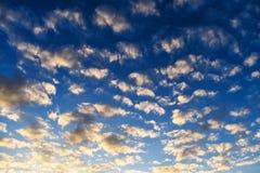 天空落在五颜六色的日落,适用于背景 免版税库存照片