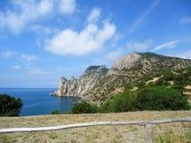 天空蔚蓝和爱海岛的美丽的山  免版税库存照片