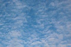 天空蔚蓝和白色云彩在一天气 库存照片