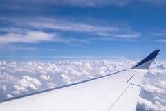 天空蔚蓝和翼从飞机窗口的角度 免版税图库摄影