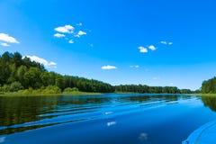 天空蔚蓝和蓝色湖在夏天 著名湖Seliger 俄国 免版税库存照片