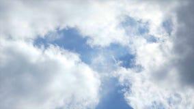 天空蔚蓝看法与漂浮对此的云彩的 r 秀丽和浸没在天空蓝色与小积云 免版税库存照片