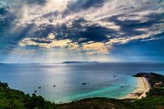 天空蔚蓝,蓝色海,喷气机小船,运输船,渔夫船,透明的水,酸值Lan芭达亚泰国 免版税图库摄影