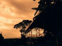 天空覆盖日落树街道 免版税库存图片