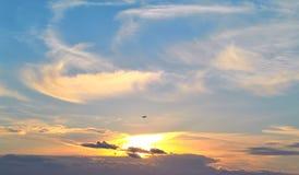 天空覆盖飞机背景 免版税库存图片