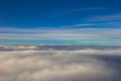 天空覆盖飞行日落移动的平面翼 图库摄影