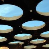 天空视图通过空的圈子 库存照片