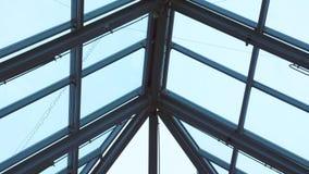 天空通过在购物中心的玻璃屋顶 影视素材