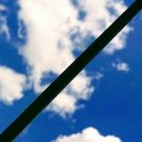 天空通过格子 免版税库存照片