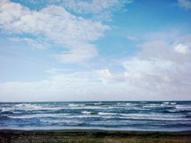 天空遇见海洋 库存图片