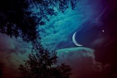 天空风景与新月形月亮和星的在晚上 平静 免版税图库摄影