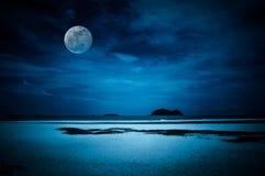 天空风景与满月的在海景对夜 平静n 免版税库存图片