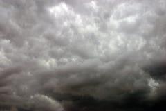 天空风雨如磐的夏天 免版税库存图片
