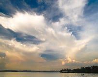 天空风雨如磐的日落 库存图片