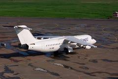 天空飞过Avro 146-RJ100 库存照片