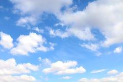 天空,与蓬松云彩的天空,天蓝色云彩背景,清楚cloudscape的天空 免版税库存图片