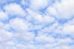 天空,白色天蓝色蓬松的云彩,软的天空云彩背景, cloudscape天空明白云彩 免版税库存图片