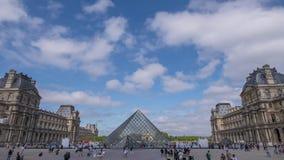 天窗和云彩的金字塔的游人   股票视频