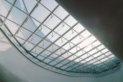 天窗或玻璃大厦的遮阳篷顶天花板 现代设计建筑学或者能源节约模型使用自然阳光 库存照片