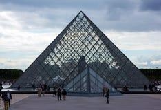 天窗金字塔博物馆在巴黎,法国,2013年6月25日 免版税库存图片