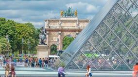 天窗金字塔和凯旋门与反射timelapse的du Carrousel在巴黎 影视素材
