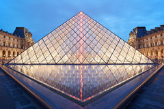天窗金字塔和博物馆夜在巴黎 免版税图库摄影