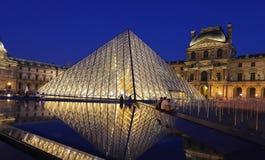 天窗金字塔在晚上,巴黎,法国 库存图片