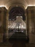 天窗金字塔,巴黎,法国夜视图从博物馆里边的 免版税库存图片
