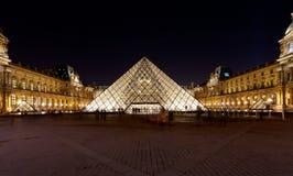 天窗,巴黎玻璃金字塔在晚上 库存照片
