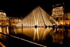 天窗,巴黎玻璃金字塔在晚上 免版税图库摄影