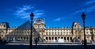 天窗Pyramid Pyramide du Louvre角度,巴黎 免版税库存照片