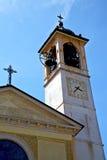 晴天米兰在三角屋顶塔响铃的老摘要 免版税库存图片