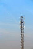 天线和电信塔在蓝天 免版税库存图片