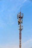 天线和电信塔在蓝天 免版税图库摄影