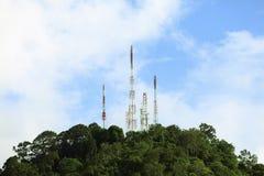 天线在山的电信塔 免版税库存照片