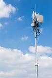 天线在蓝天的中继器塔 免版税库存图片