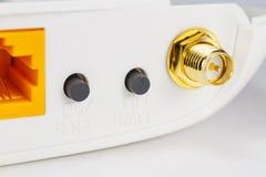 天线在路由器特写镜头的后板的连接器和控制按钮 免版税库存图片