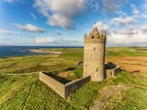 天线著名爱尔兰旅游胜地在Doolin,克莱尔郡,爱尔兰 Doonagore城堡是一座圆的16世纪塔城堡 库存图片