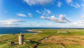 天线著名爱尔兰旅游胜地在Doolin,克莱尔郡,爱尔兰 Doonagore城堡是一座圆的16世纪塔城堡 库存照片
